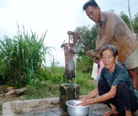Người dân xã Tân Phú, huyện Thới Bình (Cà Mau) sử dụng nước giếng khoan (Ành: Ngọc Quân/Nhân dân)