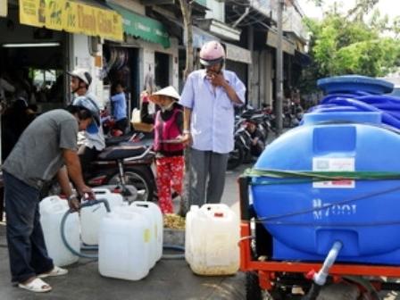 Người dân phải đi mua nước sạch về dùng. (Ảnh: Hoàng Hải/TTXVN)