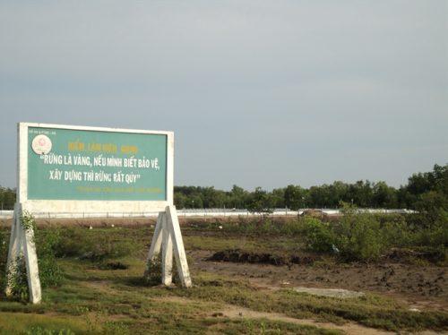 Ngay sau tấm biển tuyên truyền bảo vệ rừng của chi cục Kiểm lâm Kiên Giang là ao nuôi tôm với diện tích khá lớn (Ảnh: nongnghiep.vn)