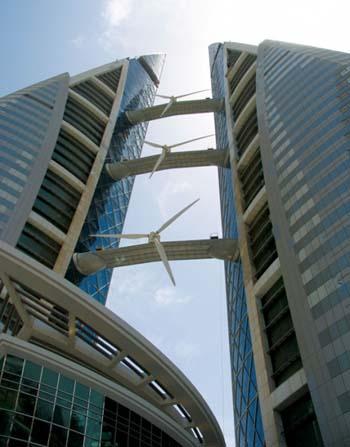 Cận cảnh ba tuốc bin gió khổng lồ lắp đặt tại tòa nhà