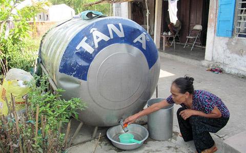 Bà Đinh Thị Hạnh dè sẻn từng giọt nước được mua với giá 100 ngàn đồng/m3 (Ảnh: VietNamNet)