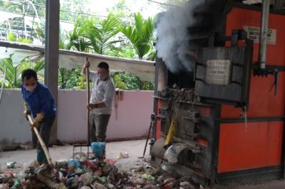 Công nhân Công ty vệ sinh môi trường Tân Trường Lộc vận hành lò đốt rác tại huyện Tiên Du, Bắc Ninh (Ảnh: Nhân Dân)