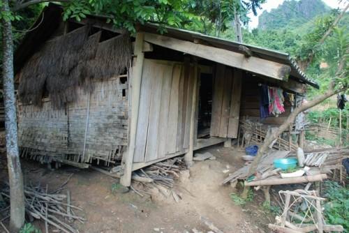 Những ngôi nhà xập xệ, xiêu vẹo đã mấy năm chờ đợi đất TĐC (Ảnh: nongnghiep.vn)