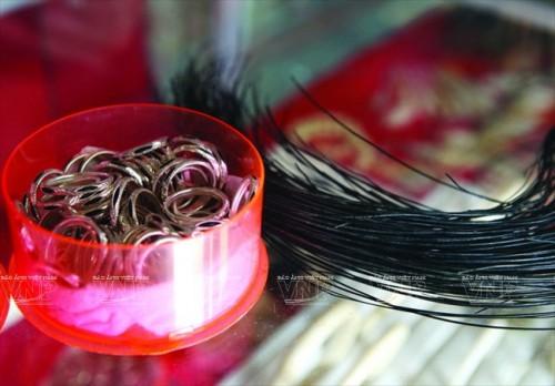 Những chiếc nhẫn bằng lông đuôi voi được bày bán ở Bản Đôn (Ảnh: Báo ảnh Việt Nam/Vietnam+)