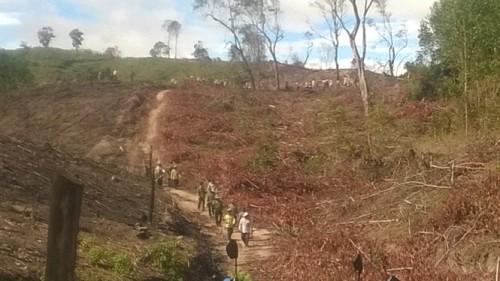 Trước sự bủa vây ngăn chặn của hơn 70 người dân Cửu An, nhân viên Cty Sông Kôn đành rút quân (Ảnh: nongnghiep.vn)