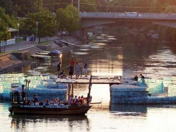 Romania khánh thành cây cầu dài 23m làm từ 157.000 chai nhựa