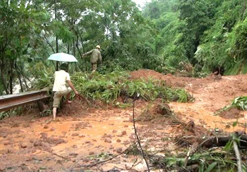 Ngày 21/7, Quốc lộ 70 đoạn qua địa phận xã Long Phúc, huyện Bảo Yên (Lào Cai) bị sạt lở khoảng 150m làm ách tắc giao thông (Ảnh: Lục Văn Toán-TTXVN)