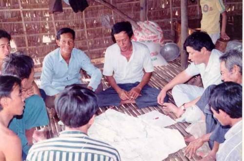 PGS.TS Sánh (thứ 3 bên phải qua) thảo luận với nông dân (Ảnh: nongnghiep.vn)
