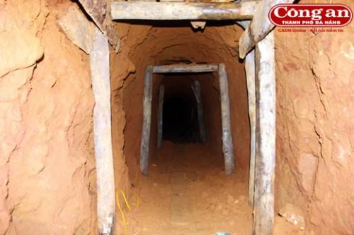 """Đường hầm đã xuống cấp nguy hiểm tới tính mạng nhưng vẫn không ngăn được """"vàng tặc"""" (Ảnh: Công an TP Đà Nẵng)"""