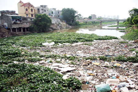 Hình ảnh sông Nhuệ bị ô nhiễm (Ảnh: Kinh tế và Đô thị)