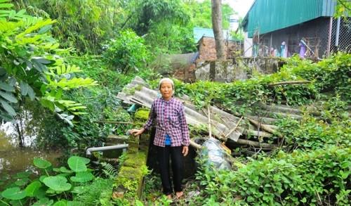 Ngôi nhà của bà Nguyễn Thị Chải trị giá 150 triệu đồng (năm 2007) bị sập đổ hoàn toàn. 6 năm qua, bà phải ở tạm trong căn bếp rộng 6m2 (Ảnh: nongnghiep.vn)