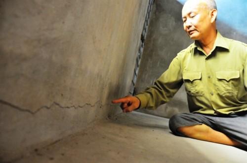 Ngôi nhà tầng của ông Trịnh Đình Tính bị vết nứt ngang cổ trần, nguy cơ sập đổ là rất lớn (Ảnh: nongnghiep.vn)