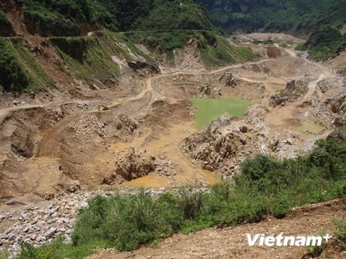 Dòng suối-đoạn chảy huyện Nguyên Bình, tỉnh Cao Bằng bị đào bới tan hoang sau một thời gian doanh nghiệp rút ruột khoáng sản (Ảnh: Hùng Võ/VietnamPlus)