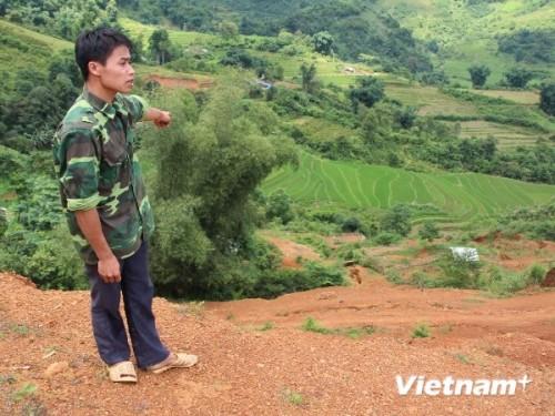 Ruộng của gia đình anh Lý Kiềm Chiêu ở bản Khe Tọc, xã Thể Dục bị đất đá vùi lấp sau khi doanh nghiệp khai thác quặng (Ảnh: Hùng Võ/VietnamPlus)