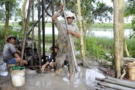 Tình trạng khoan giếng để khai thác nước ngầm quá nhiều đã dẫn đến sụt lún bán đảo Cà Mau (Ảnh: VOV Online)