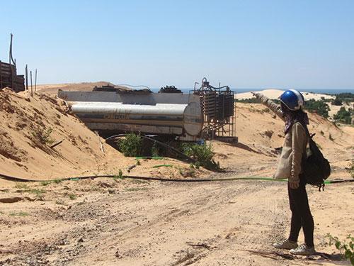 """Sau khi các doanh nghiệp khai thác titan rút đi, nhiều nơi ở tỉnh Bình Thuận chỉ còn là những cồn cát """"chết"""" trắng xóa, địa hình bị cày nát (Ảnh: Bạch Long/nld.com.vn)"""