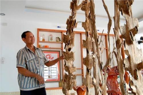 Ông Khoan bên các sản phẩm khô mộc trầm có giá hàng chục triệu đồng mỗi cây (Ảnh: Dân Việt)