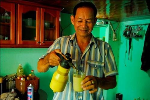 Chế phẩm vi sinh kích thích cây dó để tạo trầm hương được ông chiết xuất từ tinh chất của kiến kết hợp với tinh dầu dừa, cám ngô, mật mía...(Ảnh: Dân Việt)