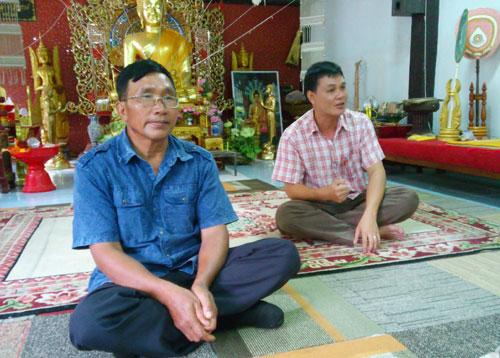 Trưởng làng Pun Chankaew(áo xanh, trước) và anh Sayan Knamnueng (Ảnh: Hoàng Hường/VietNamNet)