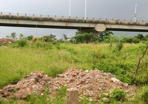 Có thể nói, nạn đổ trộm phế thải từ lâu đã trở thành một trong các vấn đề nhức nhối của thủ đô Hà Nội