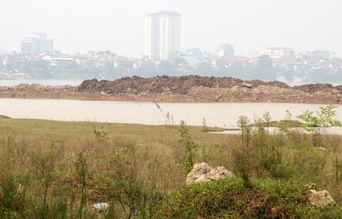 Những ụ đất nổi lên giữa sông ngày càng nhiều