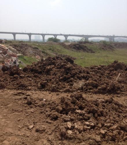Bãi đất lấn dần ra sông Hồng