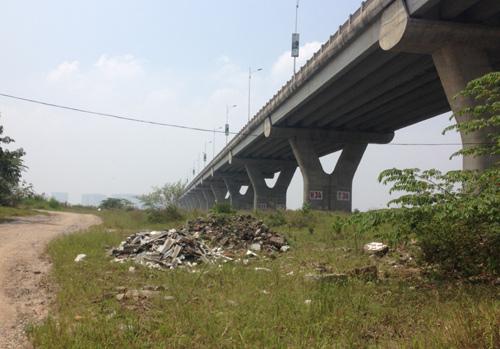 Từ cầu Long Biên đi ngược lên địa phận huyện Gia Lâm, ngay sát mép bờ vực các điểm xả phế thải nối tiếp nhau