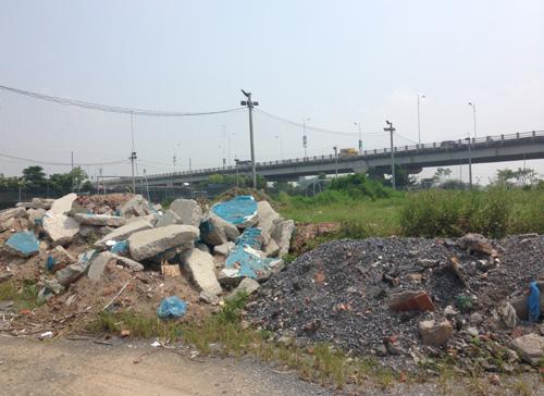 Đoạn từ cầu Chương Dương đến cầu Vĩnh Tuy nhiều bãi đổ vật liệu xây dựng tràn lan