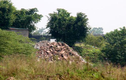 Càng đi sâu vào trong bãi, nhiều căn nhà được dựng tạm bợ được dựng lên bên cạnh những đống vật liệu rác thải