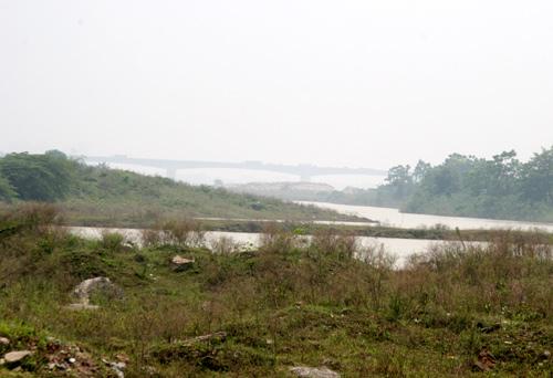 Khu vực mép sông, tình trạng đổ đất, phế thải xây dựng lấp dòng chảy diễn ra ngày càng nhiều.