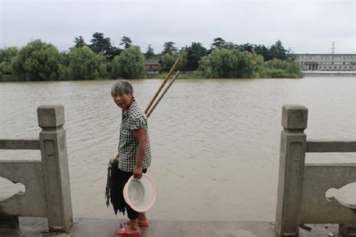 """Một phụ nữ giặt đồ bên dòng Dương Tử, đoạn chảy qua Giang Độ, nơi bắt đầu của đường lưu chuyển nước phía đông thuộc dự án """"Nam thủy Bắc đảo"""""""