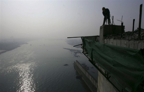 Một công nhân đang làm việc trên hồ chứa Đan Giang Khẩu