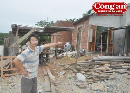 Trên nền nhà cũ bị cuốn trôi, người dân thôn 3, xã Phước Hiệp đã bắt tay vào xây dựng, sửa chữa lại nhà để ở.(Ảnh: Công an TP Đà Nẵng)