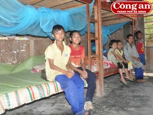 Không có điện, sau bữa cơm tối tất cả các em học sinh đều phải lên giường đi ngủ. (Ảnh: Công an TP Đà Nẵng)