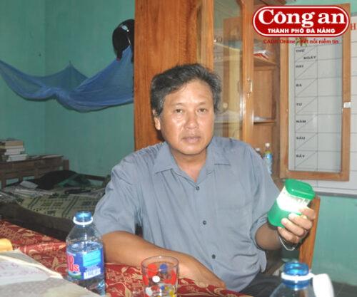 Thầy Nguyễn Văn Ấn cho biết, ngoài tiền mua đèn, mỗi tuần phải mất từ 15 đến 20 ngàn đồng mua pin khi sử dụng (Ảnh: Công an TP Đà Nẵng)
