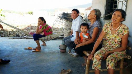 Người dân tại thôn Ba Đồng, xã Kỳ Phương, huyện Kỳ anh hết sức bức xúc trước việc chặt trắng rừng phi lao chắn gió (Ảnh: VietNamNet)