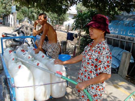 Người dân TP HCM khốn khổ vì thiếu nước sạch