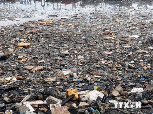 Rác thải trên vùng biển Arập, ngoài khơi thành phố cảng Karachi, miền nam Pakistan (Ảnh: THX/TTXVN)