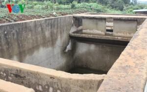 Bể nước sinh hoạt ở khu tái định cư Đắc Plao, trơ đáy nhiều năm (Ảnh: VOV Online)