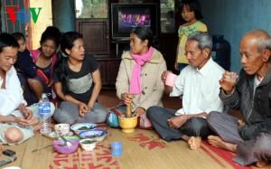 Chị K'Bang giã lá rừng làm thức ăn (Ảnh: VOV Online)