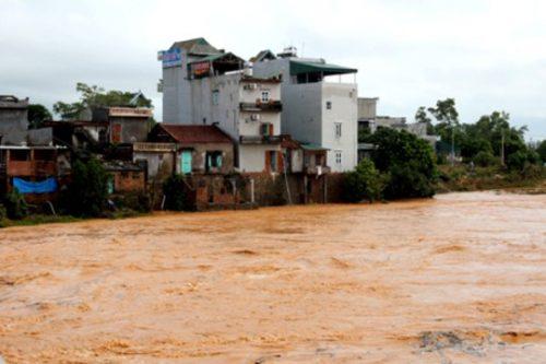 Vỡ đập phụ Đầm Hà Động khiến nhiều khu dân cư bị cô lập trong biển nước (Ảnh: nld.com.vn)