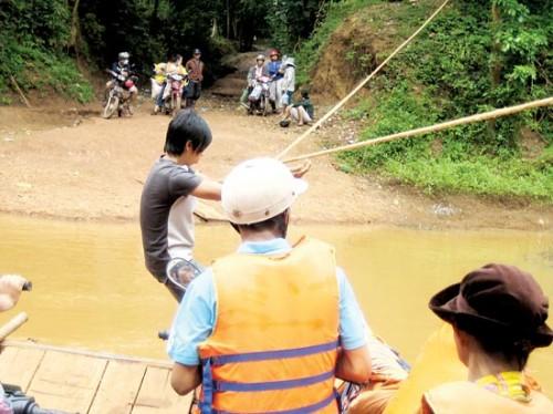Khu bảo tồn thiên nhiên đóng tuyến đường xuyên rừng khiến người dân sống trong vùng lõi bị cô lập. Nhiều người phải đu dây qua sông (Ảnh: Sài Gòn Giải Phóng)