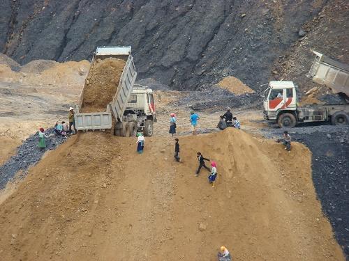 Phụ nữ tham gia khai thác quặng tại một mỏ antimon ở Hà Giang (Ảnh: Hoàng Chiên/ThienNhien.Net)