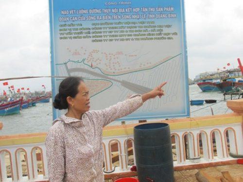 Bà Trần Thị Hai lo lắng trước việc hút cát quá nhiều sẽ gây sạt lở bờ sông. (ẢNh: vov.vn)