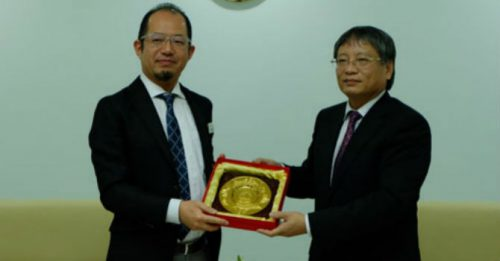 Phó Chủ tịch UBND TP Đà Nẵng Nguyễn Ngọc Tuấn (phải) và ông Gen Takahashi Phó Giám đốc phụ trách Bộ phận Phát triển kinh doanh của Tập đoàn Kỹ thuật JFE (trái). (Ảnh: Danang.gov.vn)