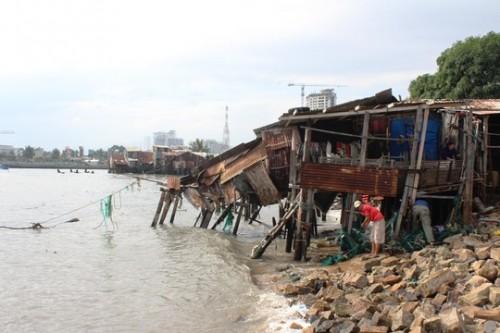 Còn 60 hộ dân nằm ngay trung tâm TP Nha Trang bị đe dọa từng ngày. (Ảnh: K.Nam)