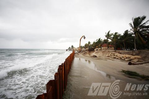 Hệ thống kè chắn được khẩn trương triển khai nhằm hạn chế tình trạng xâm thực của sóng biển. (Ảnh: VTC News)