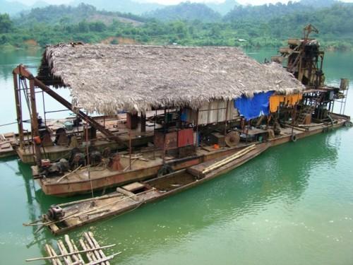 Một trong những thủ thuật chuyển giá chủ yếu của các doanh nghiệp khai thác khoáng sản là nâng khống giá trị máy móc thiết bị, đặc biệt là các thiết bị khai khoáng đặc chủng do công ty mẹ ở nước ngoài đầu tư vào Việt Nam (Ảnh minh họa: Hoàng Chiên/PanNature)