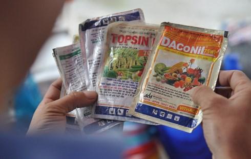 Nhiều vấn đề bất cập trong việc sử dụng thuốc BVTV tại Việt Nam. (Ảnh: VietnamNet)