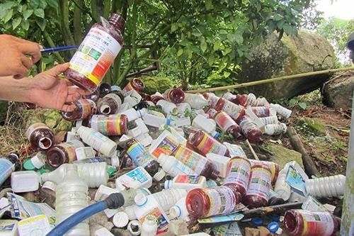 Thói quen xả thải bừa bãi của người sử dụng thuốc BVTV đang khiến môi trường bị ô nhiễm. (Ảnh: VietnamNet)